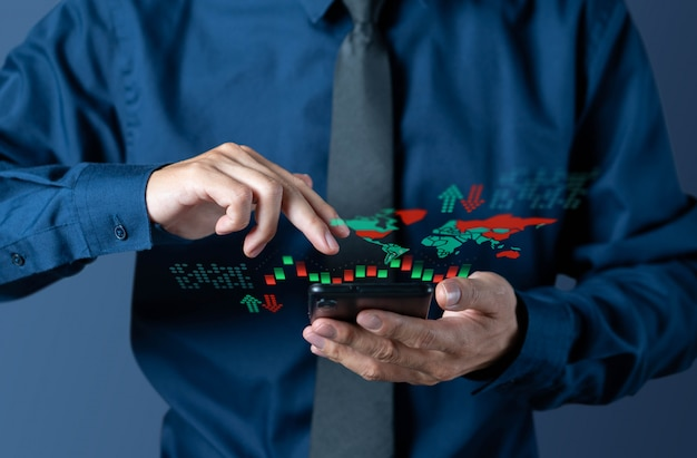 De zakenman controleert kandelaargrafiek van wereldmarkt