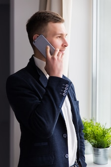 De zakenman die aan de telefoon spreekt