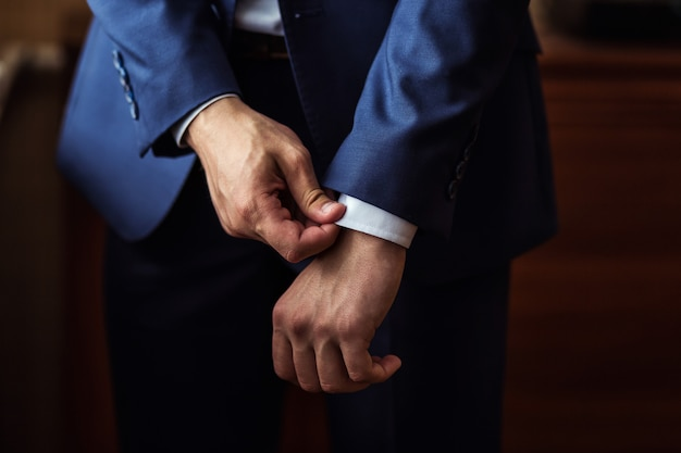 De zakenman draagt een jasje. politicus, man stijl, mannelijke handenclose-up, zakenman, zaken, manier en kledingsconcept