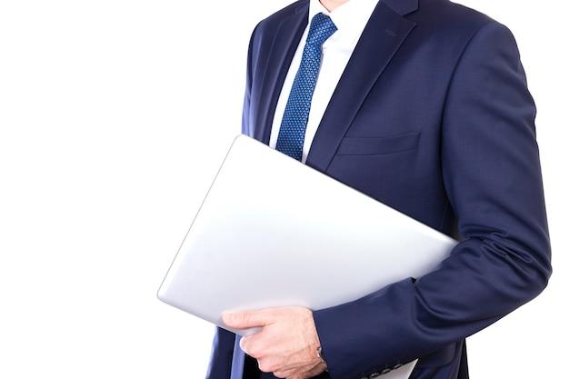 De zakenman draagt laptop onder geïsoleerde wapen