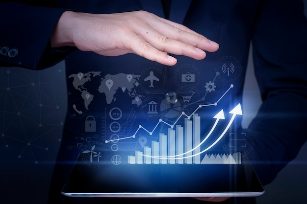 De zakenman houdt financiële de groeigrafiek en analyseert bedrijfsgegevens, businessplan en strategieconcept.