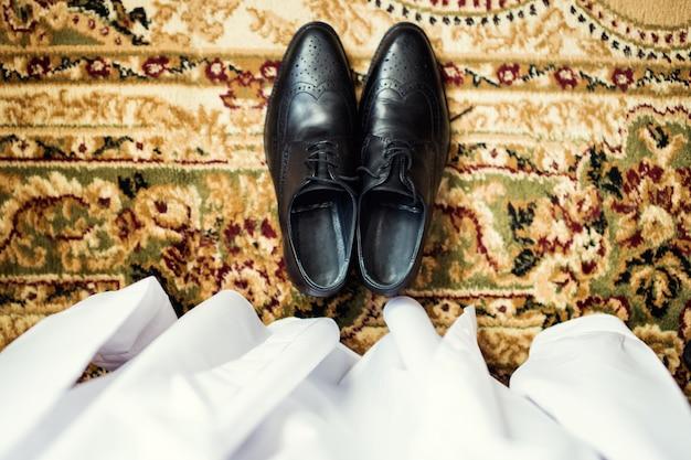 De zakenman kleedt schoenen