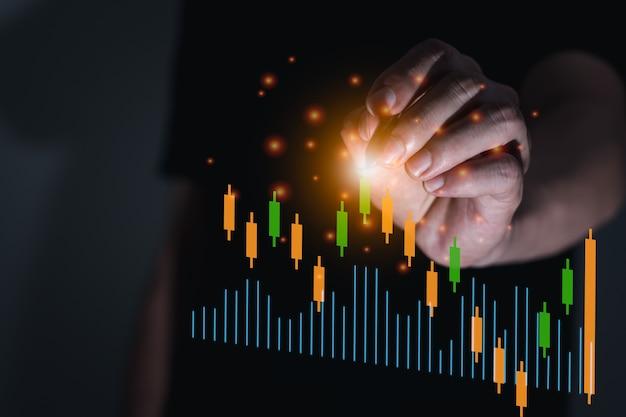 De zakenman met cryptocurrency-handelsgrafiek, nieuw economisch concept computergrafisch licht, bedrijven en financiën, focus bij de hand
