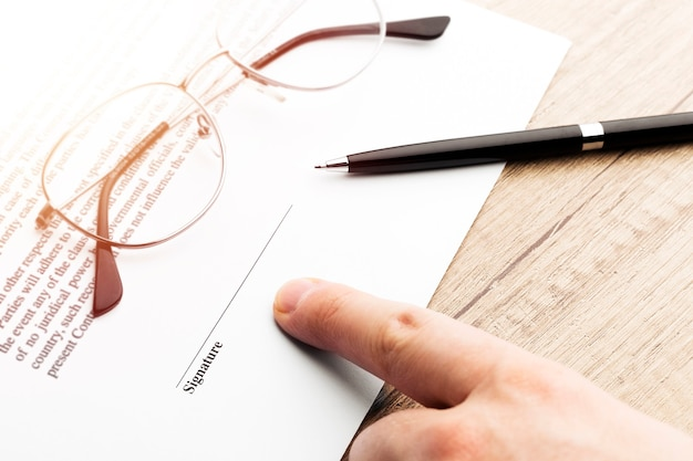 De zakenman ondertekent een contract