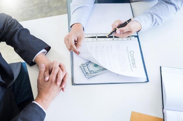 De zakenman ontvangt geld in dossier die steekpenningen nemen en de contractconcurrentieconcepten ondertekenen.