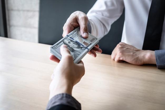De zakenman ontvangt steekpenningsgeld in envelop aan bedrijfsmensen om succes het contract te geven