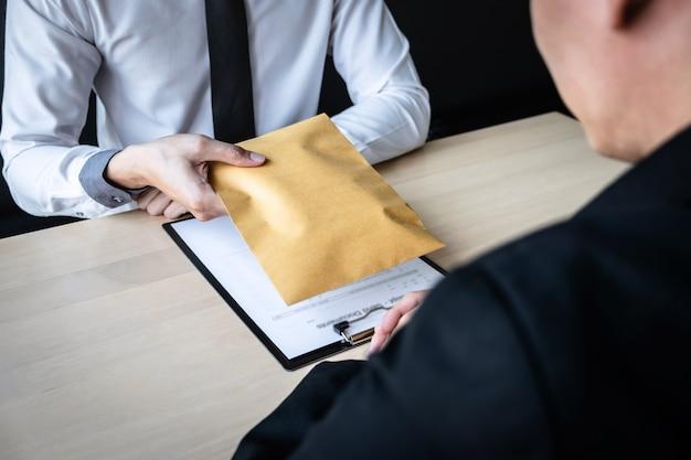 De zakenman ontvangt steekpenningsgeld in envelop aan bedrijfsmensen om succes het overeenkomstencontract te geven