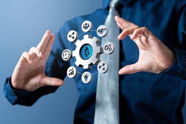 De zakenman toont de cirkel van het tandradbeheer