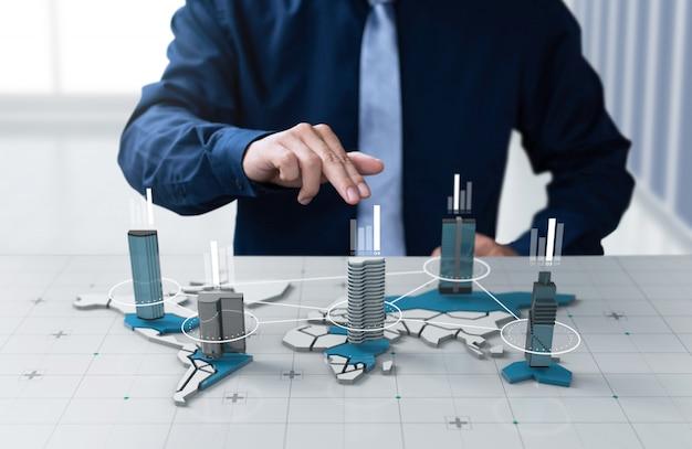 De zakenman toont het bedrijf van de grafiekwinst op het digitale scherm van de wereldkaart