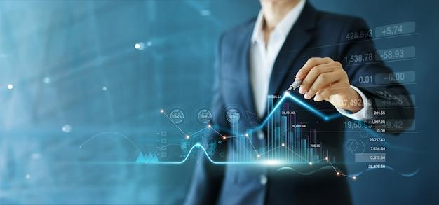 De zakenman trekt de groeigrafiek en de vooruitgang van zaken en financieel analyseren.