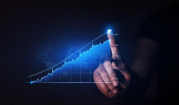 De zakenman trekt de groeigrafiek van zaken globale bedrijfsinvesteringen ontwikkeling van bedrijfsstrategie