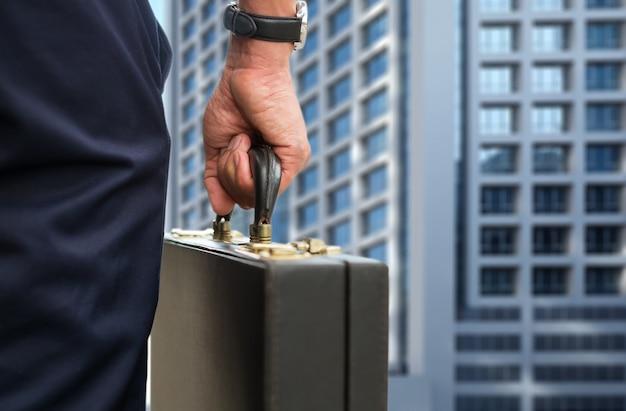 De zakenman van de hand draagt een korte tas met mannenzak op weg naar het kantoor.