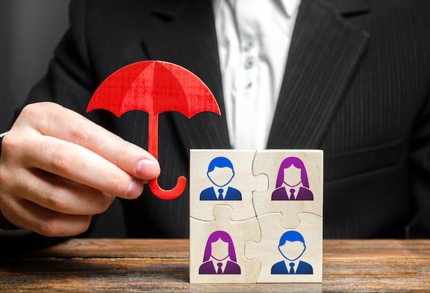 De zakenman verzekert en beschermt het commerciële team van werknemers.