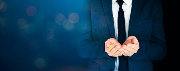 De zakenman vormde zijn handen in blauwe toon tot een kom