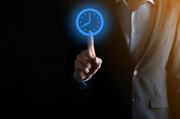 De zakenmanhand houdt het pictogram van urenklok met pijl. snelle uitvoering van het werk. zakelijk tijdbeheer en zakelijke tijd zijn geldconcepten.