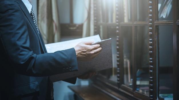 De zakenmanholding documenteert informatie bedrijfsrapportdocument