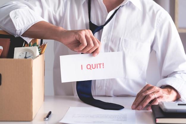 De zakenmanholding met ik hield op met de brief van de woordenkaart, ontslag werknemersverandering van baanconcept.