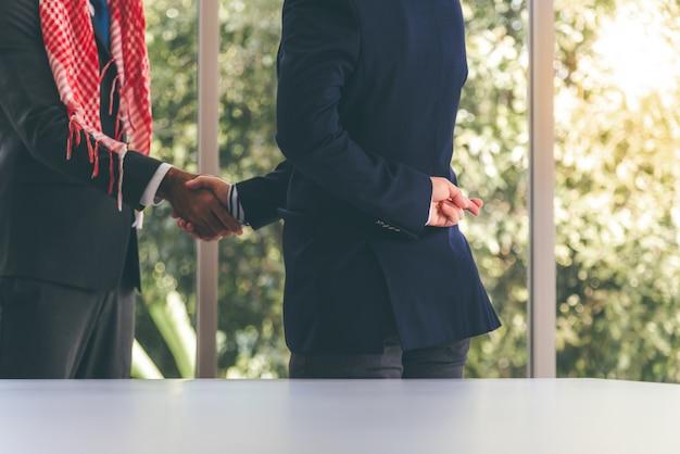 De zakenmannen die hij achterliet, kruisten elkaar terug, wat een symbool is van liegen