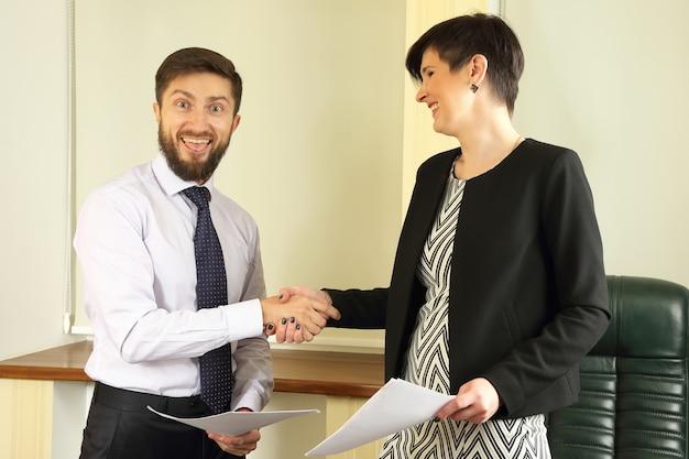 De zakenpartners tekenden een overeenkomst op kantoor
