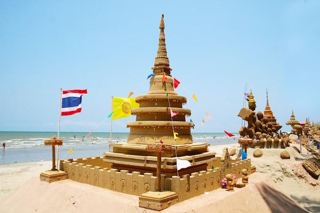 De zandpagode is zorgvuldig gebouwd en een prachtig versierd songkran-festival