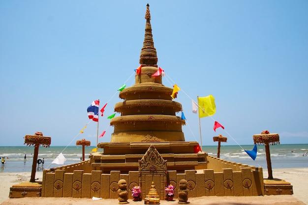 De zandpagode is zorgvuldig gebouwd en prachtig versierd op het songkran-festival