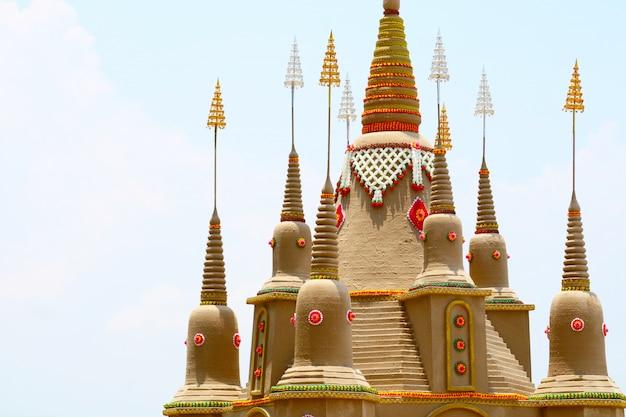 De zandpagode van het hoogste kasteel is zorgvuldig gebouwd en prachtig versierd tijdens het songkran-festival