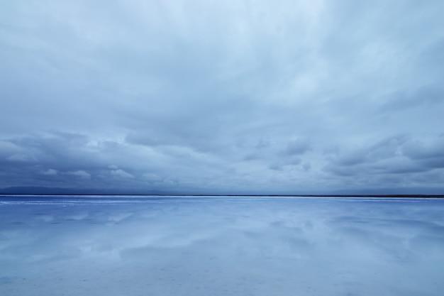 De zee en de lucht zijn hetzelfde, de dode zee is hetzelfde