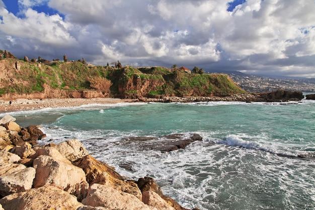De zee in byblos, oude romeinse ruïnes in libanon