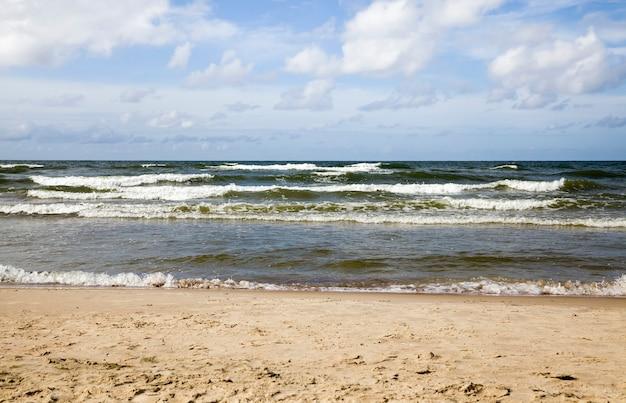 De zeekust van de koude oostzee, het koude zomerweer aan de oostzee met veel golven van de harde wind