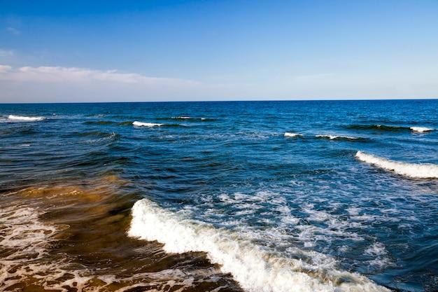 De zeekust van de koude oostzee, het koude zomerweer aan de oostzee met veel golven van de sterke wind