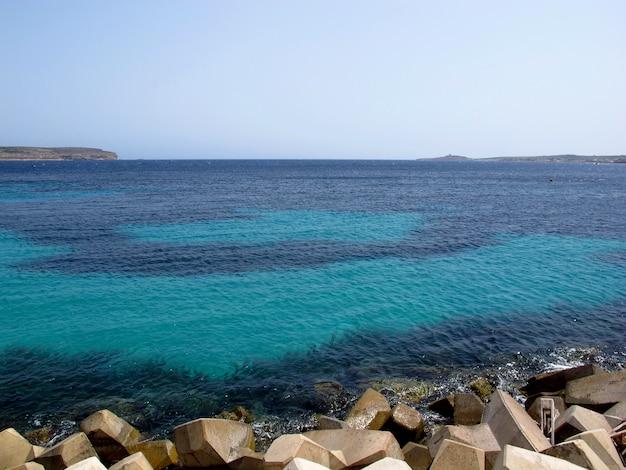 De zeestraat tussen het eiland malta en het eiland gozo