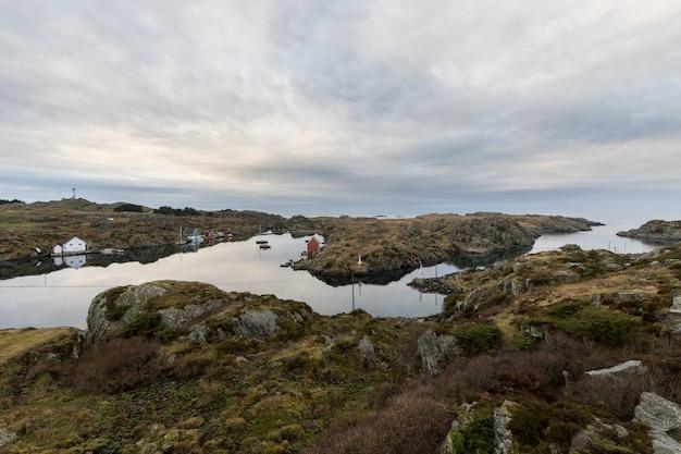 De zeestraat tussen rovar en urd, twee eilanden in de rovaer-archipel in haugesund, in de noorse westkust.