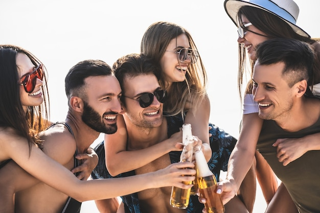 De zes vrienden rammelen flesjes bier buiten
