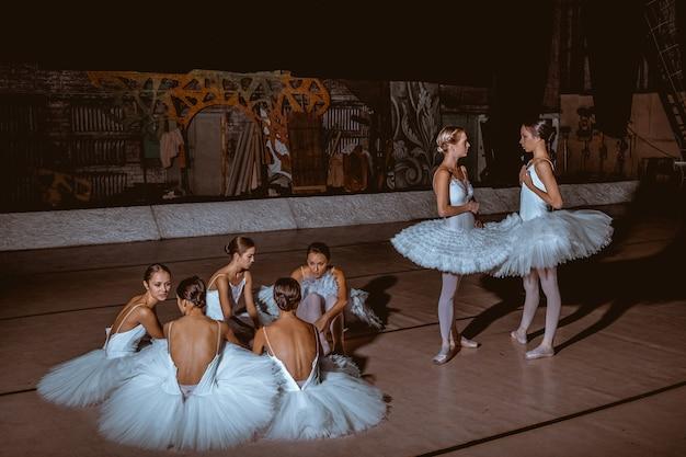 De zeven ballerina's achter de schermen van het theater