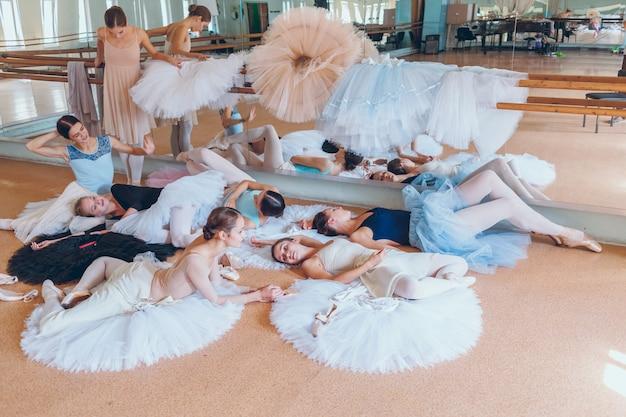 De zeven ballerina's tegen balletbar