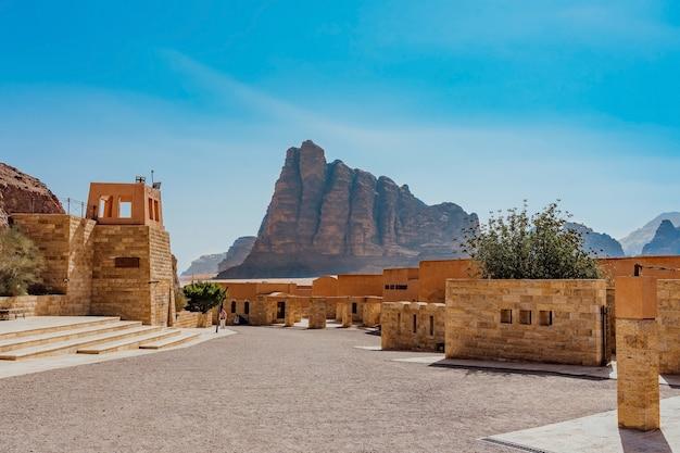 De zeven pijlers van wijsheid in wadi rum, jordanië. het is een vallei die uitgehouwen is in de zandstenen en granieten rotsen in het zuiden van jordanië, 60 km ten oosten van akaba; het is de grootste wadi in jordanië.