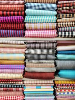 De zijde van thailand op plank voor kleding