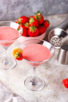 De zoete alcoholische cocktail van de de zomeraardbei