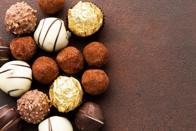 De zoete chocoladetruffels sluiten omhoog