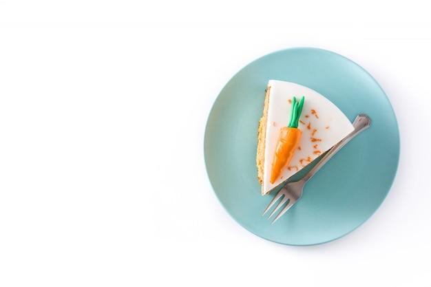 De zoete geïsoleerde plak van de wortelcake cake de hoogste ruimte van het meningsexemplaar
