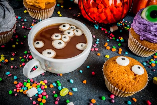 De zoete traktaties van grappige kinderen voor halloween