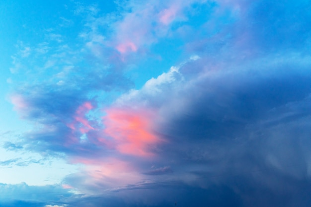 De zomer blauwe hemel met een onweerswolk. grote donzige witte wolken.