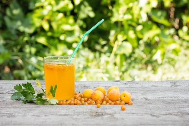 De zomer drinkt abrikozen en gele aalbessen, natuurlijk product, cocktailconcept