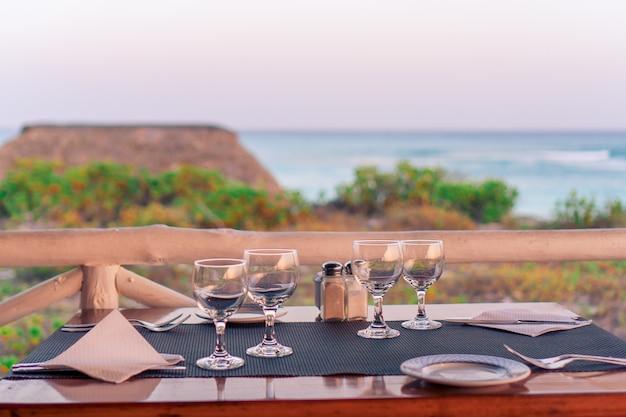 De zomer leeg openluchtkoffie bij mooi tropisch eiland - beeld