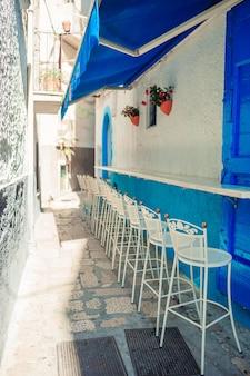 De zomer lege openluchtkoffie op een toeristenplaats in italië