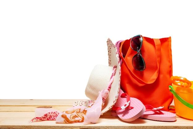 De zomer van strandhoed en toebehoren voor vakantietijd op witte exemplaarruimte voor uw tekst in de zomer en reis met het knippen van weg