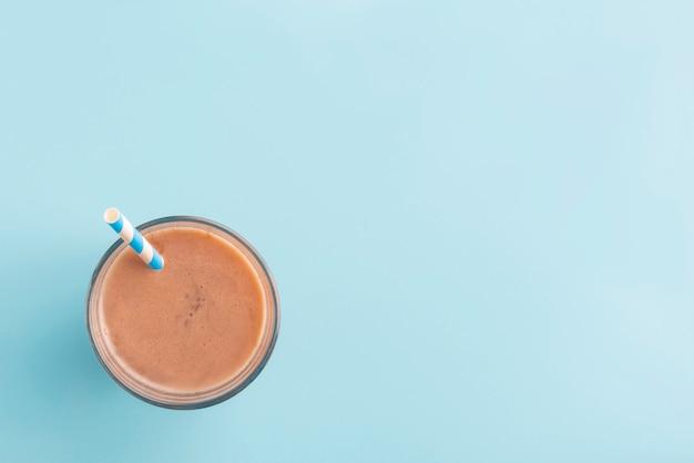 De zomerdrank van de chocolade met kleurenachtergrond
