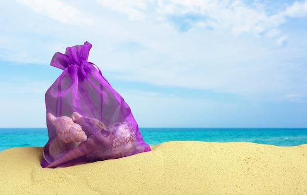 De zomerfoto van pak zeeschelpen op strand