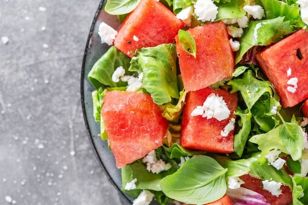 De zomersalade met watermeloen en saladebladeren