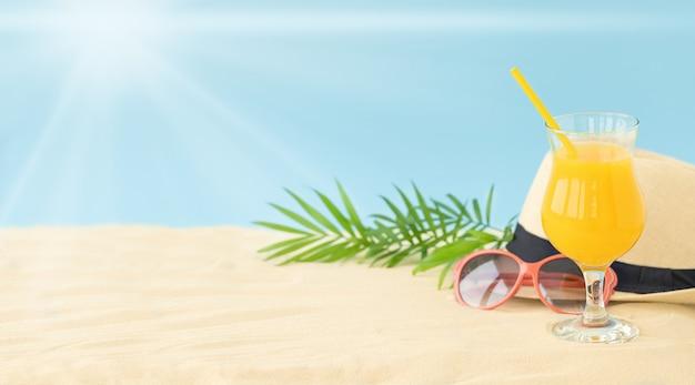 De zomersamenstelling van zonnig strand met toebehoren voor rust